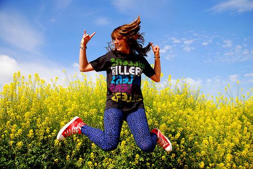 フリー画像| 人物写真| 女性ポートレイト| ラテン系女性| 跳ぶ/ジャンプ| 花畑| スペイン人|     フリー素材|
