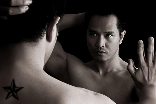 フリー画像| 人物写真| 男性ポートレイト| 外国人男性| イケメン| 鏡/ミラー| モノクロ写真|     フリー素材|