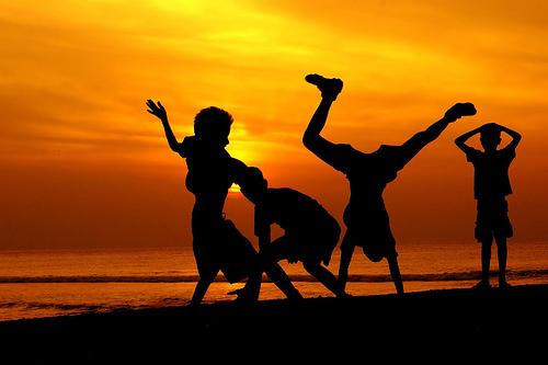フリー画像| 人物写真| 子供ポートレイト| シルエット| 夕日/夕焼け/夕暮れ| ビーチ/海辺| 橙色/オレンジ|     フリー素材|