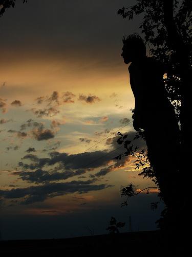 フリー画像| 人物写真| 男性ポートレイト| シルエット| 夕日/夕焼け/夕暮れ| 空の風景|      フリー素材|