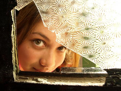 フリー画像| 人物写真| 女性ポートレイト| ラテン系女性| 窓辺の風景| 覗く/見る|      フリー素材|
