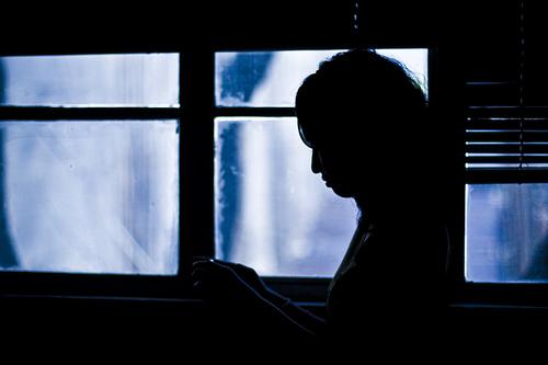 フリー画像| 人物写真| 女性ポートレイト| シルエット| 横顔| 窓辺の風景|      フリー素材|