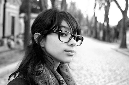 フリー画像  人物写真  女性ポートレイト  白人女性  黒髪  眼鏡/メガネ  モノクロ写真      フリー素材 