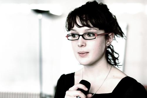 フリー画像| 人物写真| 女性ポートレイト| 白人女性| 黒髪| 眼鏡/メガネ|      フリー素材|