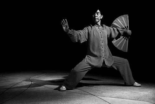 フリー画像| 人物写真| 男性ポートレイト| 外国人男性| 中国人| 踊り/ダンス| モノクロ写真|     フリー素材|