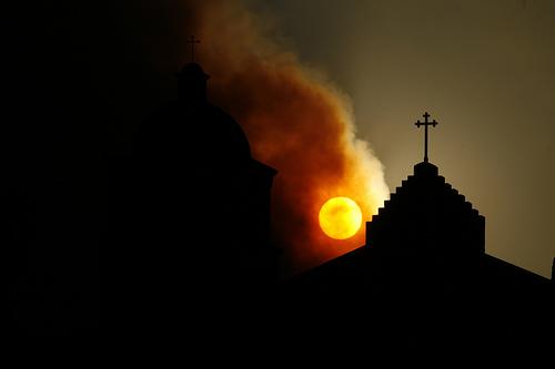 フリー画像| 人工風景| 建造物/建築物| 教会/聖堂| 十字架| シルエット| 夕日/夕焼け/夕暮れ| 黒色/ブラック|    フリー素材|