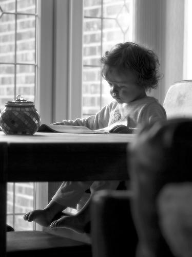 フリー画像| 人物写真| 子供ポートレイト| 外国の子供| 少女/女の子| 赤ちゃん| 読書| モノクロ写真|    フリー素材|