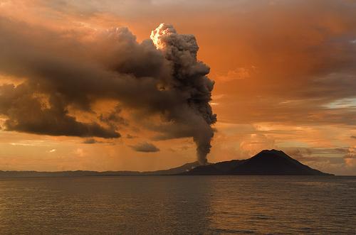 フリー画像| 自然風景| 噴火/噴煙| 火山の風景| 煙/スモーク| 夕日/夕焼け/夕暮れ|      フリー素材|