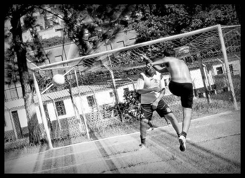フリー画像| 人物写真| 一般ポートレイト| スポーツ| サッカー| シュート| 蹴る/キック| モノクロ写真|    フリー素材|
