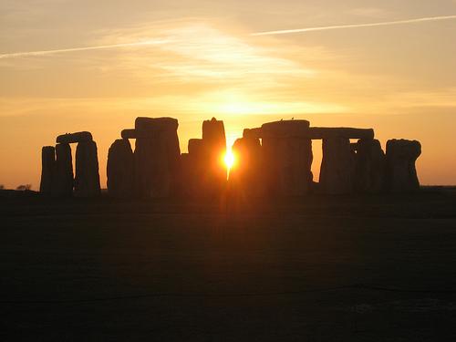 フリー画像| 人工風景| 建造物/建築物| ストーンヘンジ| 世界遺産/ユネスコ| シルエット| 夕日/夕焼け/夕暮れ| 飛行機雲| イギリス風景|   フリー素材|